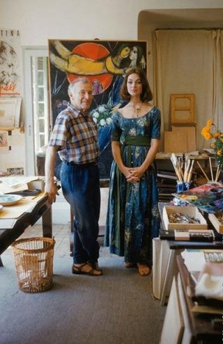 Marc Chagall e Ivy Nicholson, vestida con un diseño de Claire McCardell. para Life. 1955