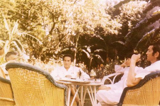 En el jardín de la embajada de Nueva Delhi Lucy e Yves Boouneloy, Octavio Paz, Aurora y Julio Cortázar, 1968. Imagen tomada del libro: Escritores en la Diplomacia mexicana, tomo I, México, Secretaría de Relaciones Exteriores, 1998, p. 340.