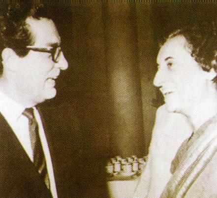 Octavio Paz con Indira Gandhi, Nueva Delhi, 1967. Imagen tomada del libro: Escritores en la Diplomacia mexicana, tomo I, México, Secretaría de Relaciones Exteriores, 1998, p. 338.