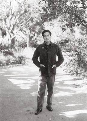Octavio Paz en el jardín de la Embajada de México, Nueva Delhi, 1964