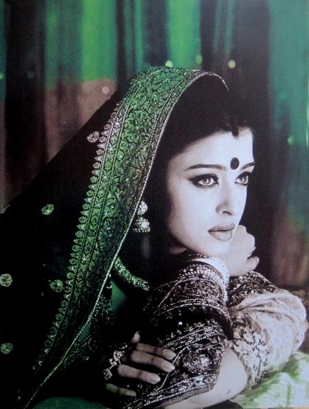 Aisha Aishwakarya Ray, actriz.© Grazia Neri. Composición gráfica por Giovanni Gastel