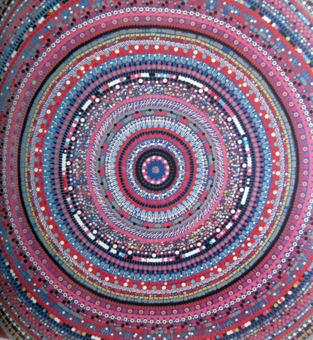 Barthi Kher, artista de Delhi que utiliza los bindis desde 1999.