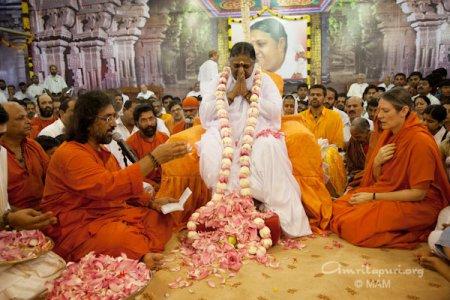 Amma en su 56 aniversario, 2009. Foto http://www.amritapuri.org/5688/pada-puja.aum