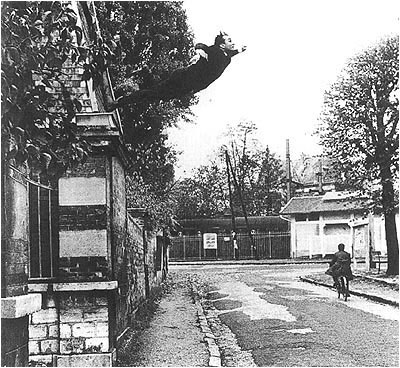 Ives Klein El salto al vacío .Fotomontaje por Shunk Kender del performance en la Rue Gentil-Bernard, Fontenay-Aux-Roses, octubre de 1960