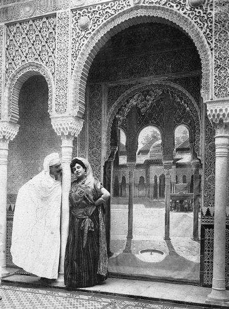 Foto dell pintor Mariano Bertuchi y su mujer vestidos a la manera árabe, en la Alhambra s/1900