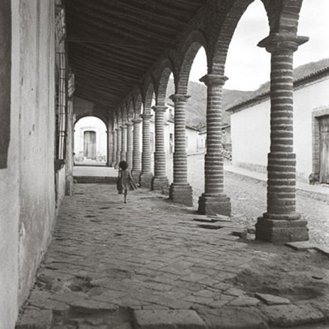 06 Niña corriedo en un portal jalisco, 1961